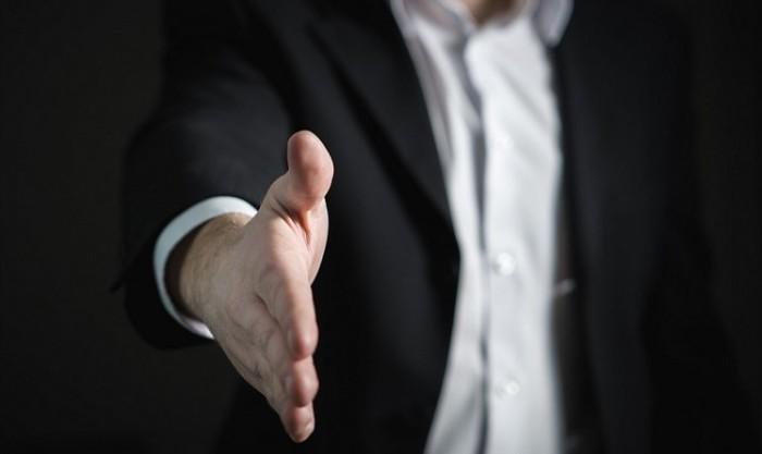 handshake-2056023_1280-min